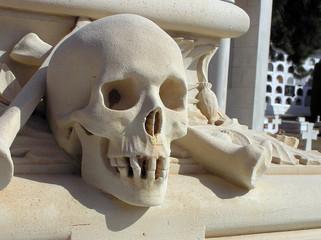 Calavera esculpida en el cementerio