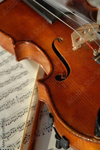 Geige mit Bogen und Noten