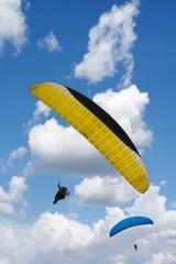 Hombres volando en parapente