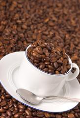 kaffeetasse mit bohnen gefüllt