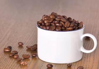 tasse voller kaffeebohnen