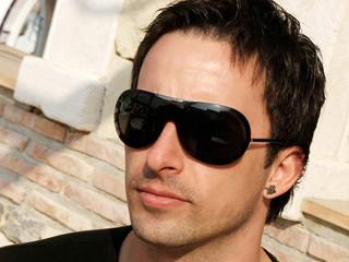 Hombre con las gafas de sol