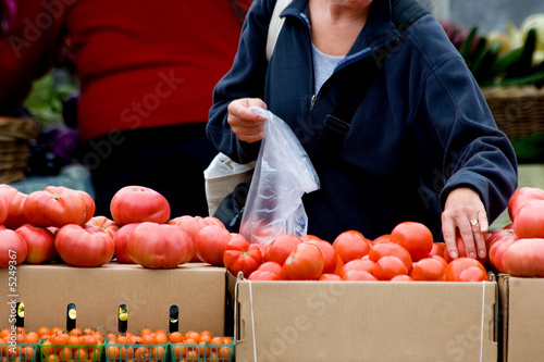 Foto Spatwand Boodschappen Woman shopping for fresh produce at local farmer's market