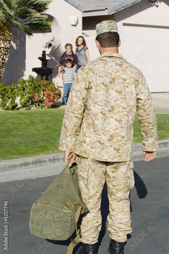 Soldier returning home to family