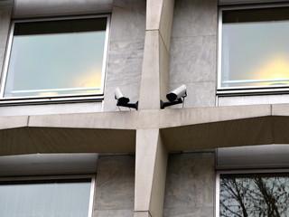 Caméras vidéo sur façade de béton