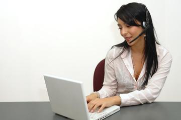 Mujer profesional trabajando en laptop