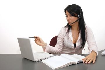 Mujer profesional trabajando en laptop 2