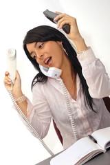 Mujer contestando varios telefonos
