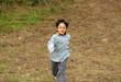 petit garçon avec des lunettes entrain de courir