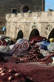 Fischernetze vor der Stadtmauer im Hafen von Essaouira