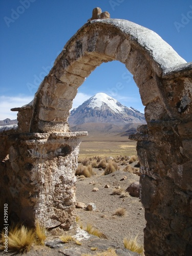 volcan sajama derri re une arche en pierre de julien leblay photo libre de droits 5299130 sur. Black Bedroom Furniture Sets. Home Design Ideas