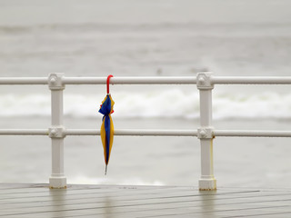 Paraguas y barandilla
