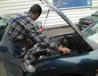 Automechaniker kontrolliert alle Funktionen