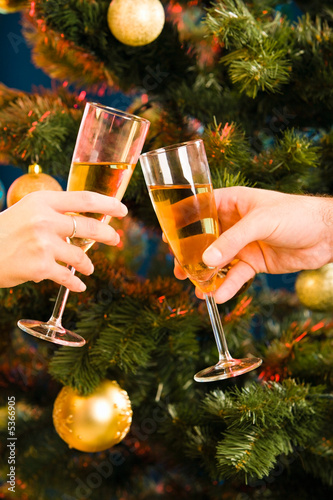 The glasses of champagne making a clink