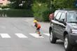 Kind läuft vor Auto