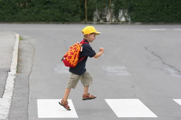 Kind am Schutzweg