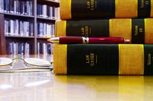 Gesetz Bücher in einer Bibliothek gestapelt, mit Stift und Gläser