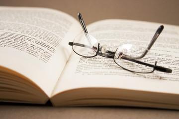 Lunettes posées sur un livre ouvert