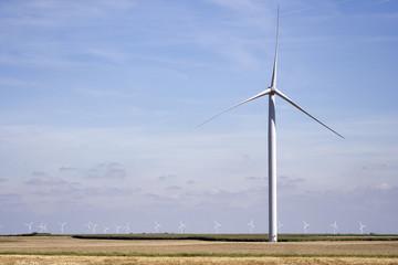 Energie renouvelable - éolienne dans les plaines céréalières