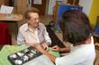Pflegerin mit Seniorin