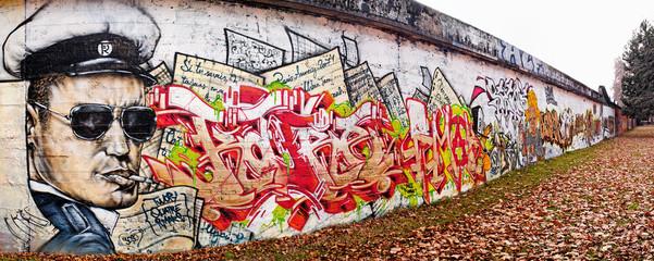 Mur couvert de graffitis