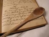 Altes kochbuch handschrift mit kochlöffel konfekt konfiserie