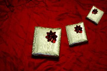 composizione di pacchi regalo su sfondo rosso