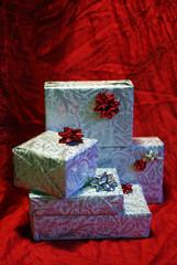still life con pacchi regalo su sfondo rosso