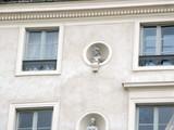 Façade avec statues, quartier latin, Paris poster