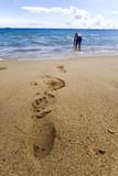empreintes de pieds d homme dans le sable plage vacances poster