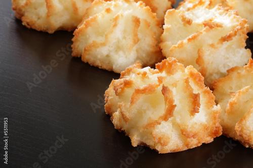 Papiers peints Macarons Group of fresh coconut macaroons on dark wood.