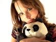 Jeune femme sexy avec un panda en peluche