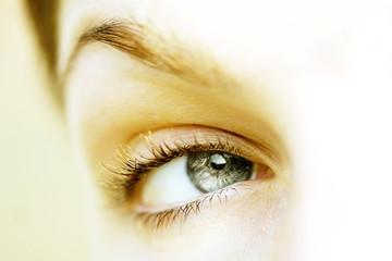 oeil bleu vert gris regard de femme fond blanc plaisir sérénité