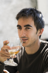 jeune homme ivre et verre de bière alcool