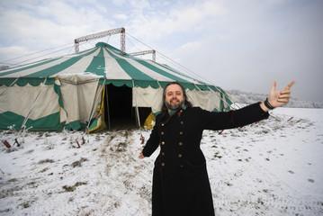 Willkommen im Zirkus schreit der Zirkusdirektor