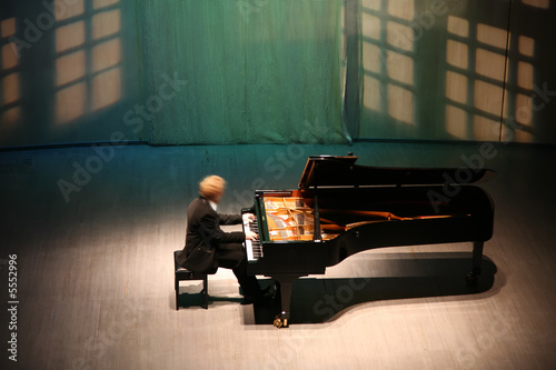 pianist after the piano on the scene - 5552996