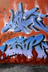 graffiti rouge et bleu avec petites araignées