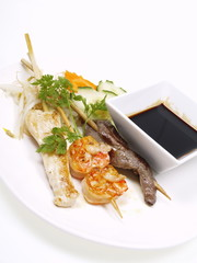 rindfleisch, hühnchen und shrimp satays soja soße