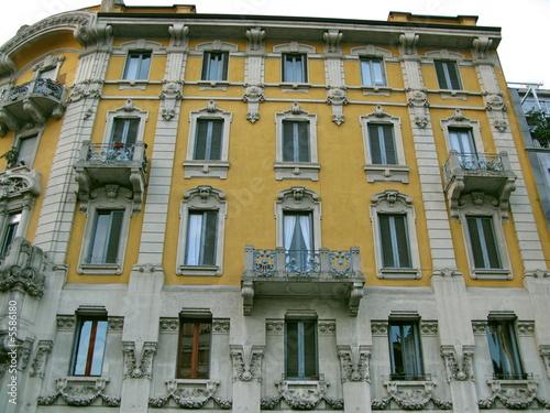 Fa ade de maison de pierre et stuc jaune milan italie for Maison en stuc