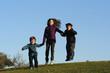 groupe d'enfants entrain de sauter sur l'herbe
