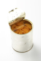 Geöffnete Dose Mandarinen vor weißem Hintergrund
