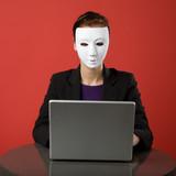 Eine weibliche Surfen im Internet anonym