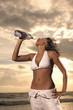 Ragazza beve in spiaggia