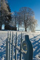 petite chapelle sous les arbres et la neige