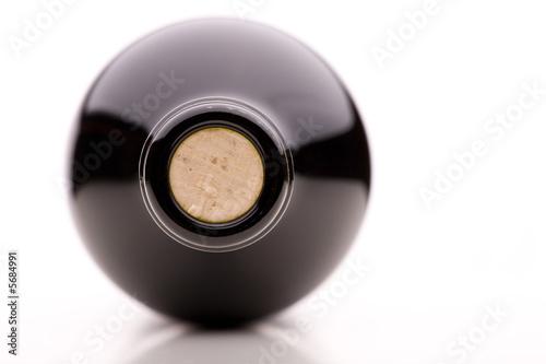 Kreisrundes Detail Korken von brauner Fasche von vorne - 5684991