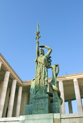 Femme avec lance, ciel bleu, colonnes de pierre, paris