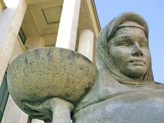 Statue de femme portant un plat
