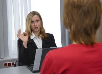 Geschäftsfrau als Chefin  kritisiert im Mitarbeitergespräch