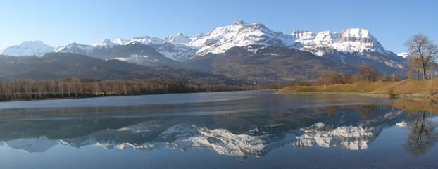 Panorama chaine des Aravis et lac gelé