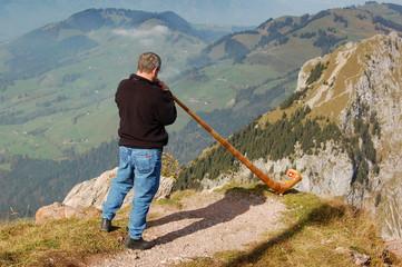 Alphornbläser in den Schweizer Alpen